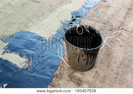 Repair  flow roof using a pouring bitumen