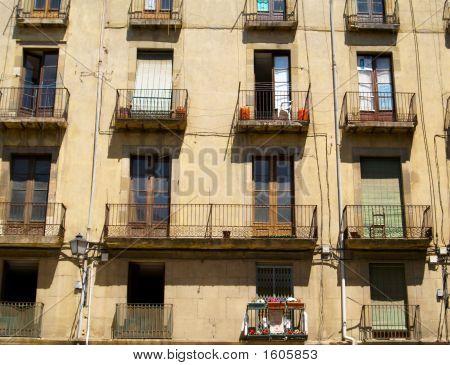 Viejas ventanas y balcones en Vic