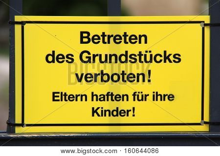 Warning / text on the sign: no trespassing the land! Parents are responsible for children! (German language).