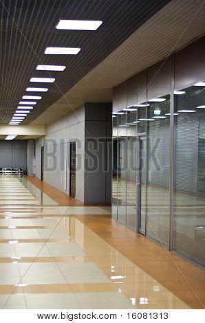 Pared con mamparas de cristal y puertas en el edificio de oficinas