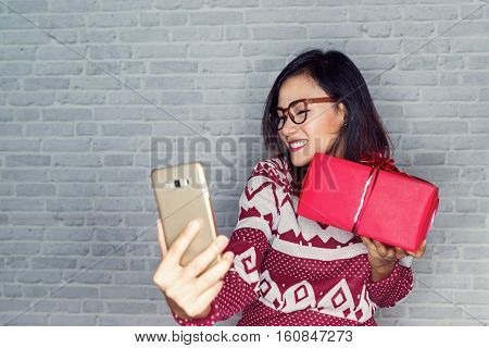 Asian women are happy to receive gifts and photography and selfie own emotional pleasure.Focus on face