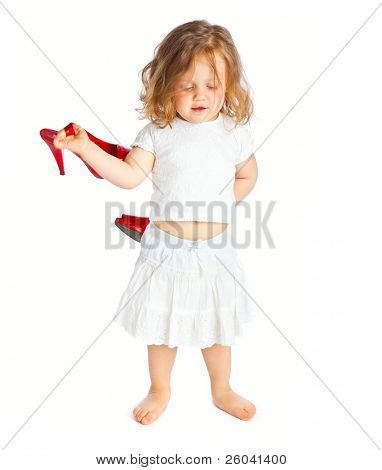kleines Mädchen in weißen Kleid mit großen roten Schuhe. isoliert auf weißem Hintergrund