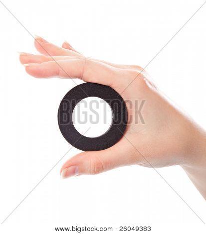 eine Anzahl 0 (null) in der Hand. isoliert auf weißem Hintergrund