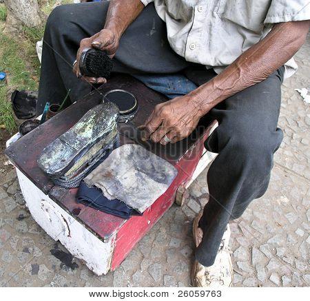 shoe shine man in granada nicaragua
