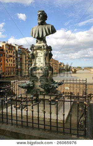 """Busto de Benvenuto Cellini en el Ponte Vecchio, Florencia y muchos """"candados de amor"""" en la puerta"""