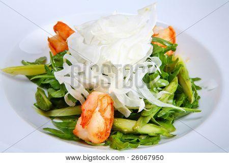 Grüner Salat mit Garnelen, Fenchel und Roquefort Käse