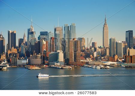 New York City Skyline Panorama über Hudson River mit Empire State Building, Boot und Wolkenkratzer.