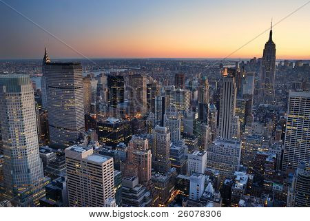 Nueva York Manhattan skyline panorama puesta de sol vista aérea con. Empire state building