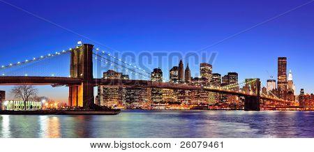 Постер, плакат: Бруклинский мост с Панорама города горизонта города Нью Йорка Манхэттена в сумерках освещенная над Восточной, холст на подрамнике