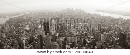 New York City Manhattan skyline luchtfoto panorama zwart-wit met wolkenkrabbers en straat.