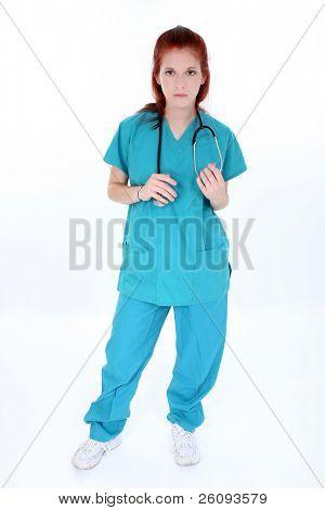 Enfermera de urgencias cansado permanente sobre blanco.  Mujer joven en teal peelings con estetoscopio.  Tiro