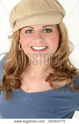 Close-up de uma bela dezessete anos de idade na camisola azul e bege, cap.  Dentes grandes!!!