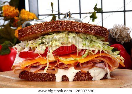 Sándwich de pavo fresco con miel rosted deli Turquía, queso cheddar, lechuga rallada, tomate y