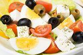 Постер, плакат: Яйца и сыр фета сыр салат с оливками помидор салат