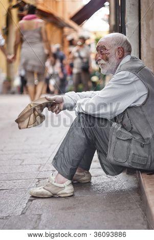 Obdachlose um Hilfe bitten