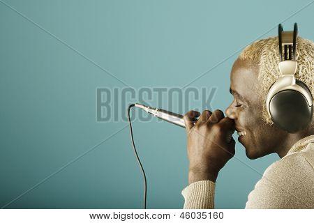 Jovem canta para microfone