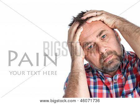 Homem de meia-idade que sofre de uma dor de cabeça
