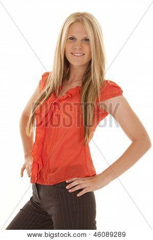 Mujer las manos en las caderas de camisa roja