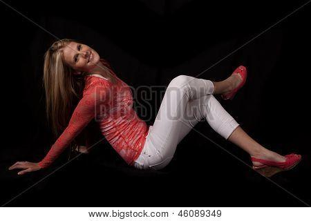 Mujer en pantalones blancos negros sentarse tapa roja