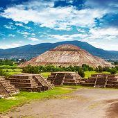 Постер, плакат: Пирамиды Солнца и Луны на проспекте мертвых Teotihuacan древний исторический культурный город