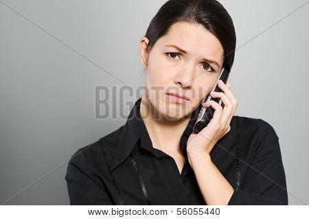 attraktive Frau, die ein Gespräch anhören