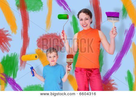 Sohn und Mutter Draw mit Walzen und Pinsel an der Wand, Collage