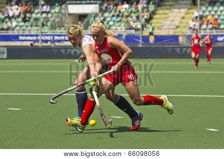 THE HAGUE, NETHERLANDS - JUNE 1: GBR field hockey player  Shipperley Reaches for the ball across USA Witmer and so during the Hockey World Cup 2014 in the match between England and USA (1-2)
