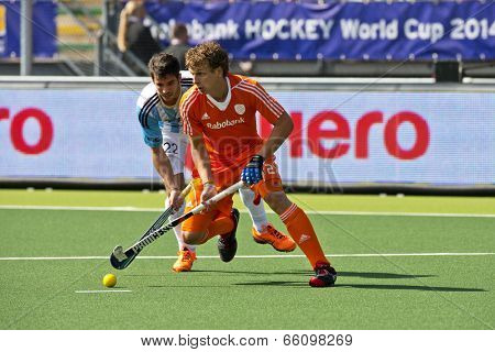 THE HAGUE, NETHERLANDS - JUNE 1: Field hockey player Jonker (NED) leads the ball in front of Rey (ARG)  during the Hockey World Cup 2014 during the match between Netherlands and Argentina (3-1)