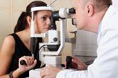 Постер, плакат: Мужской врач офтальмолог проводит обследование глаз