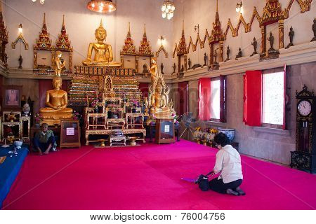 Bangkok , Thailand - January 1 : Unidentified Woman Pay Respect To Buddha On January 1 , 2009 In The