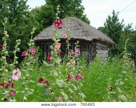 ein ländlichen Blockhaus mit schönen Blumen