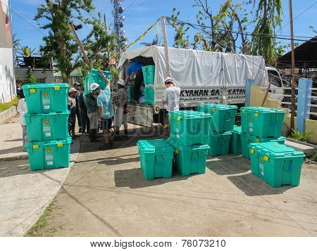 Santa Fe, Cebu, Philippines - December 5Th 2013: Uk Overseas Aid Workers Loading Shelterbox Emergenc