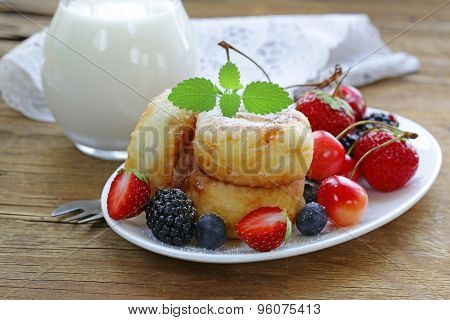 cottage cheese pancakes (cheesecakes) with fresh berries