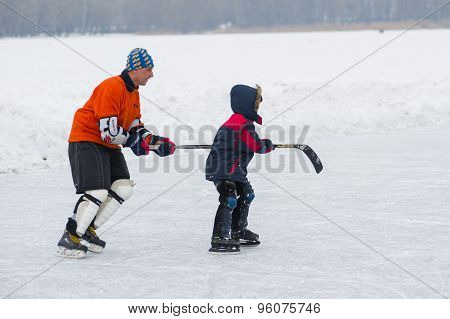 Active father teaches son to skate