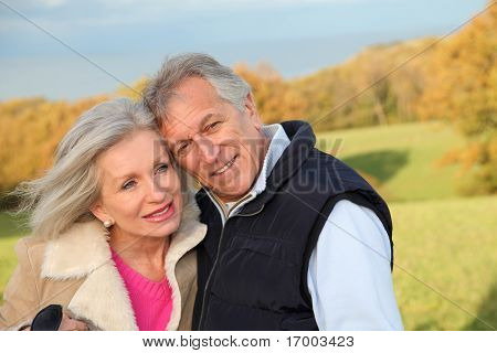 Happy senior Couple umarmen einander in Landschaft