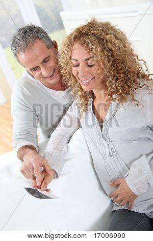 Futuros padres mirando la ecografía de su bebé