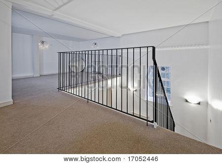 unmöblierte Split Stock Wohnzimmer mit Stair Case und Geländer