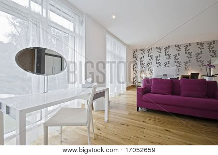 moderne Luxus Schlafzimmer mit lila Sofa und Dressing-Kabinett