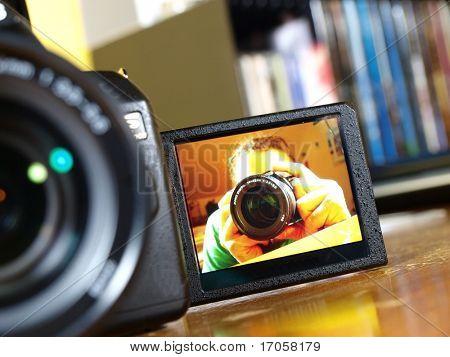 Cámara réflex digital con la imagen del fotógrafo