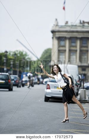hermosa mujer encantadora provenientes de un taxi en la calle de París Francia