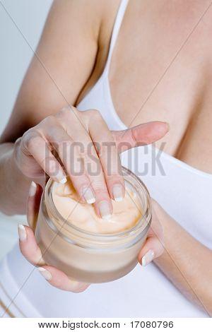close up Frau auf Studio isoliert Hintergrund anwenden Mosturiser creme Lotion bodycare