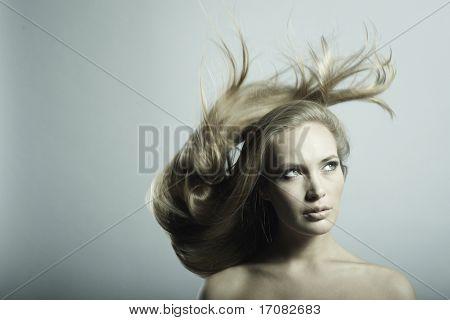 Foto de mulher bonita jovem com cabelo magnífico