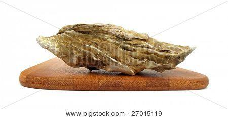 Moluscos de cáscara comestibles ostra Crassostrea gigas en tablero de madera de la bandeja