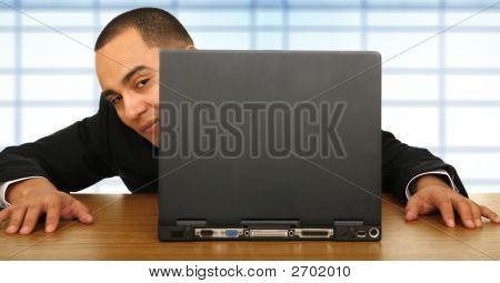 Geschäftsmann sucht durch Laptop
