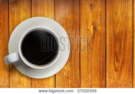 heißen Kaffee auf dem Holz