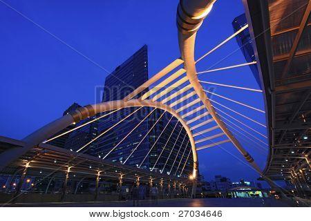 Öffentliche Skywalk Bangkok Zentrum Square nachts In Business-Zone