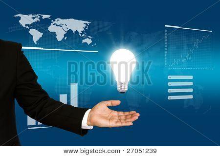 Hombre de negocios con foco en su mano