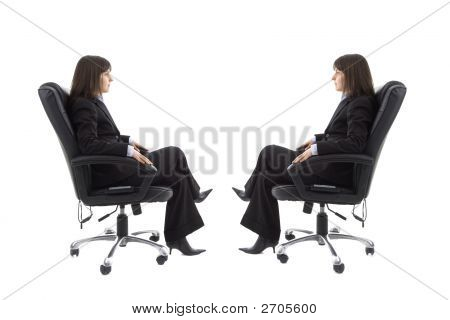 Geschäftsfrau, die sitzt auf dem Stuhl mit Spiegelbild