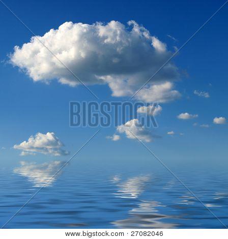 wolken boven de zee hangt