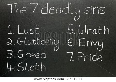 Los siete pecados, escrito en tiza en una pizarra.